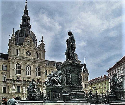 Graz_-_Hauptplatz_and_Rathaus-turrehberin